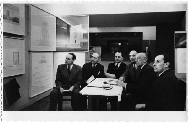 Juryn för Atatürkmonumentet Interiör, sex män som sitter vid ett bord och tittar på ritningar. Ankara 1942