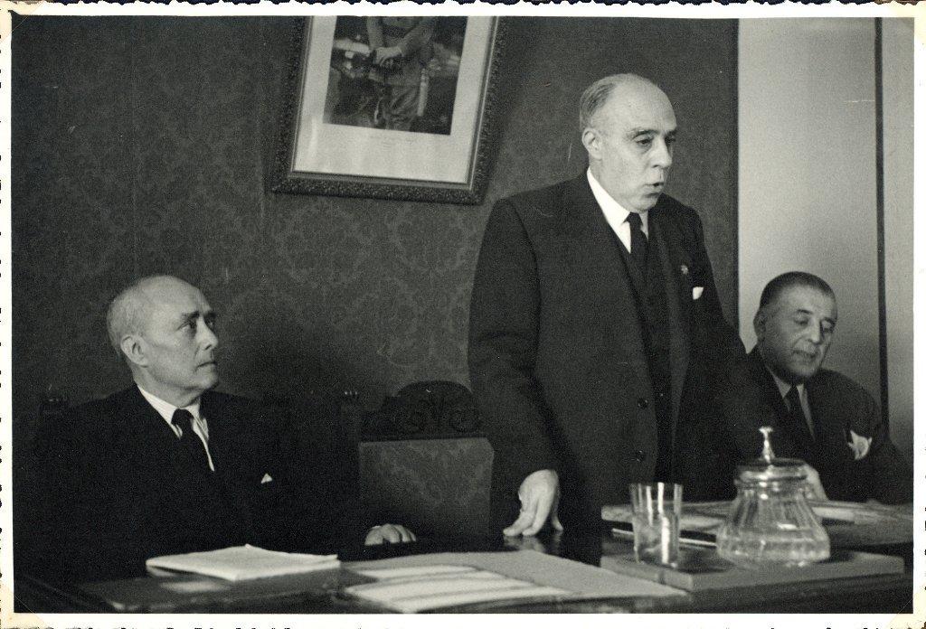 [Homenaje del Colegio Oficial de Farmacéuticos de Jaén en octubre de 1948. Entrega del diploma] [Material gráfico]