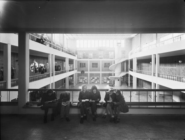 Solna läroverk Ljushall med sex flickor på en bänk Interiör