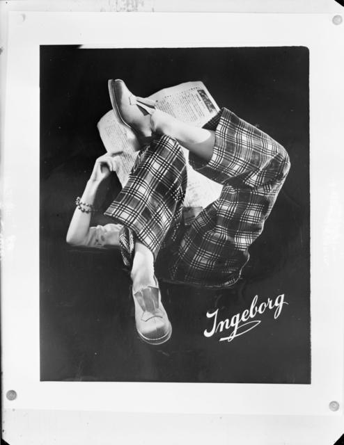 Reklam för skomärket Ingeborg Modellen Ammy AAre läser tidingen och visar upp tofflo