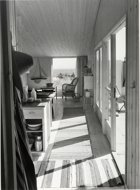 Fritidshus, radhus i Anckerbyn,  Halland . Interiör. Interiör, perspektiv mot havet, trasmattor, korgstol med mera och utsikt mot havet.