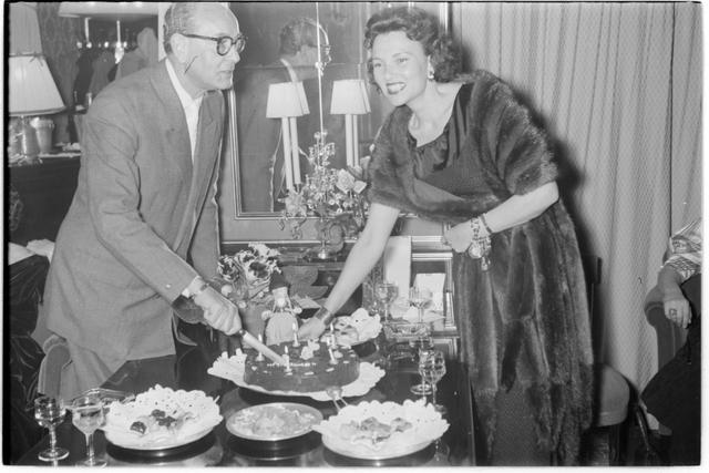 Torte wird angeschnitten. Geburtstagsfeier Heesters
