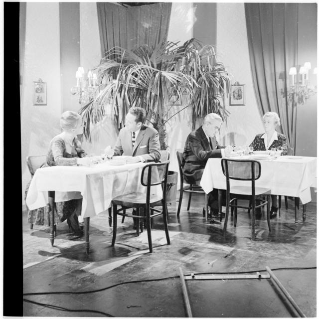 Szene im Gasthaus mit Sonja Sutter und Hans Christian, Tisch mit einem weiteren Paar. TV-Film 'Richtiges Benehmen'