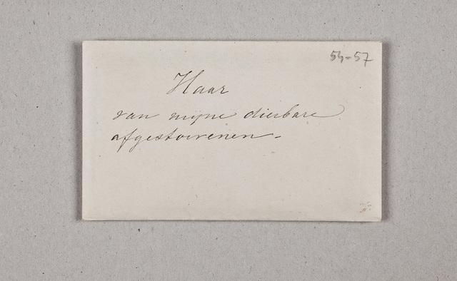 """""""Haar van mijne dierbare afgestorvenen"""". Envelop waarin vier kleinere, een daarvan ontbeert een opschrift, op de andere staat """"Haar van mijne dierbare moeder"""" [Commerina Johanna van Oldenberg (ca. 1786-1845)], """"Adolf. 5 dec. 1844 overleden"""", """"Johanna. 14 November 1866 overleden"""""""
