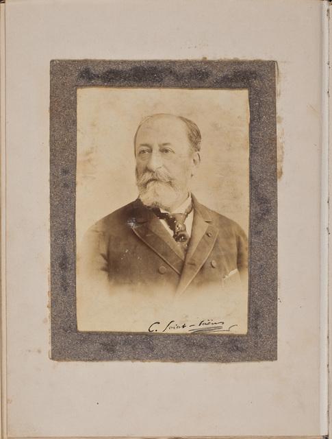 Portretfoto eigenhandig ondertekend / door Charles Camille Saint-Saëns (1835-1921), componist, voor Louise Westermann-Heinze (1837-1929)