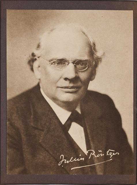 Portretfoto / van Julius Röntgen (1855-1932), componist, voor Louise Westermann-Heinze (1837-1929)