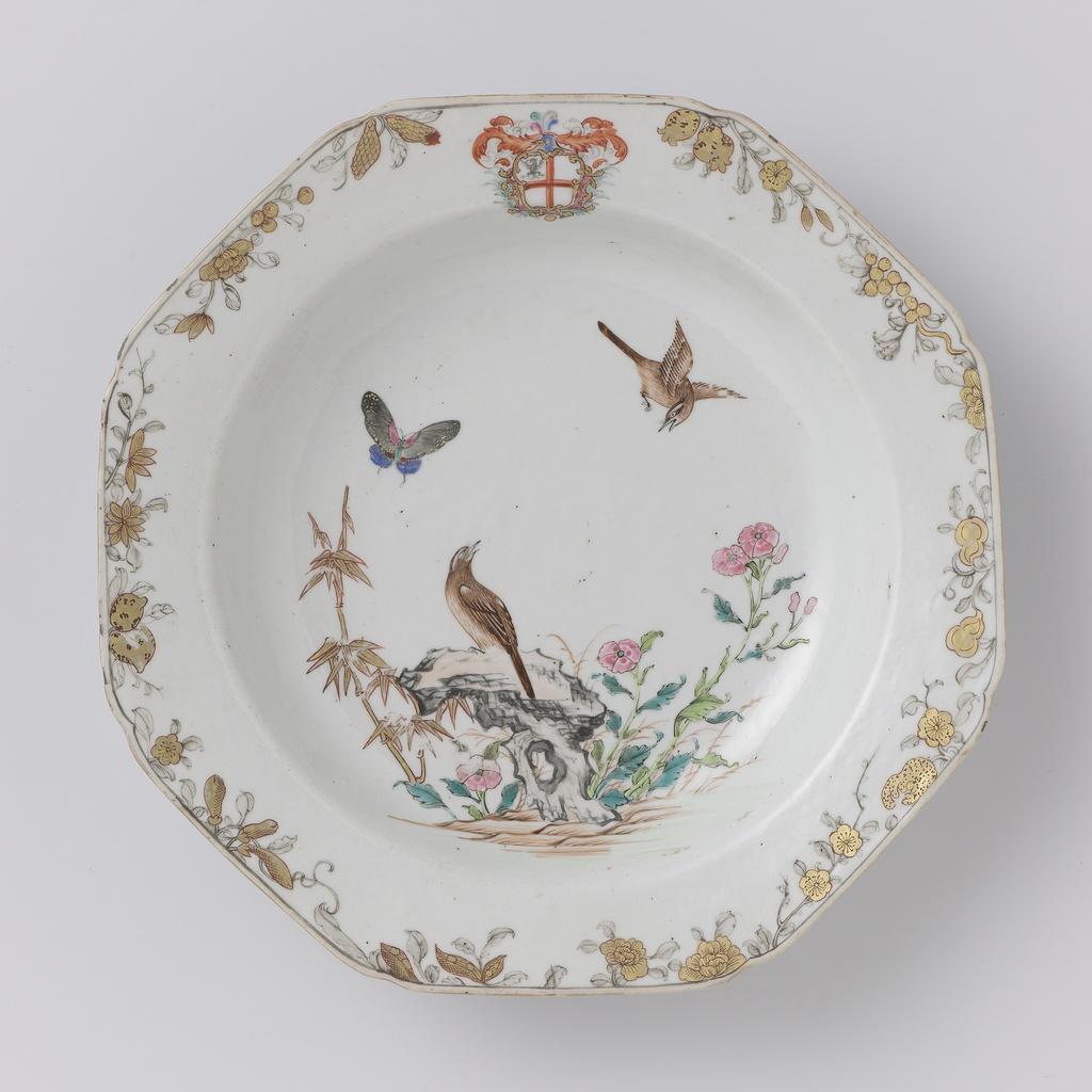 Achthoekig diep bord met ee vlinder en vogels bij bloeiende planten, in de rand het wapen van de familie Darcet