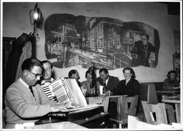 Anton Karas - mit Ziehharmonikaspieler in der Weinschenke 'Zum Dritten Mann', im Hintergrund ein Fresco mit einer Szene aus 'Der Dritte Mann'