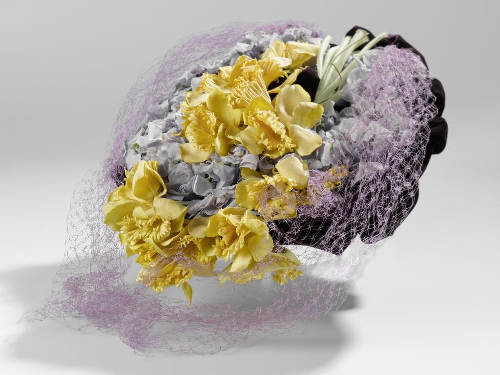 Baret van paars fluweel versierd met gele narcissen en 'violettes de Parme' van katoen en voorzien van een grofmazige zijden voile