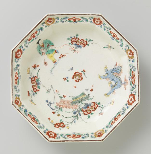 Bord, achthoekig, van porselein en versierd met Kakiemon motieven