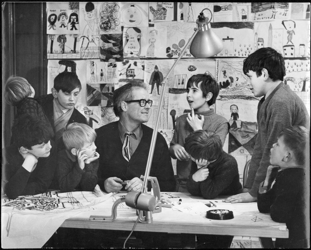 Byker Ralph Erskine tillsammans med barn vid ritbordet. - PICRYL Public  Domain Image