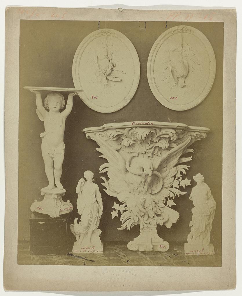 Compositie van gipsen ornamenten uit het atelier van J. Delbove, Brussel