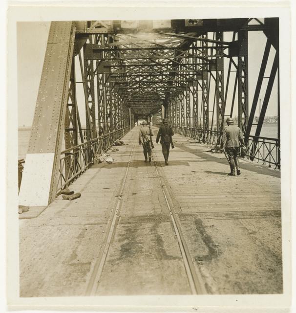 Duitse soldaten op een veroverde brug