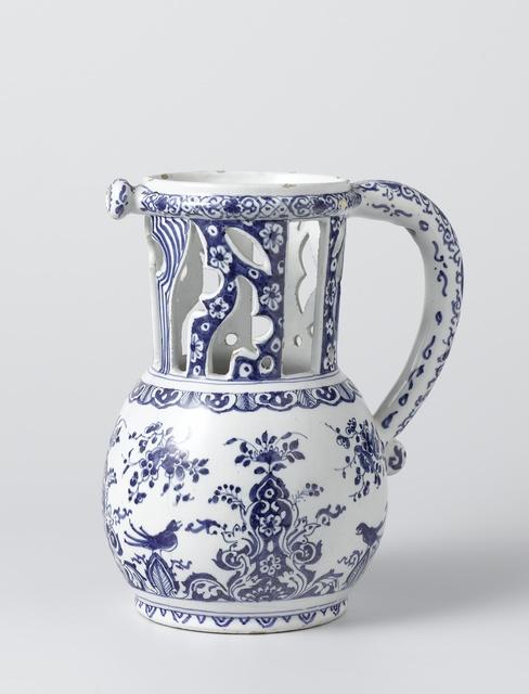 Fopkan, in blauw beschilderd met bloemdecoraties