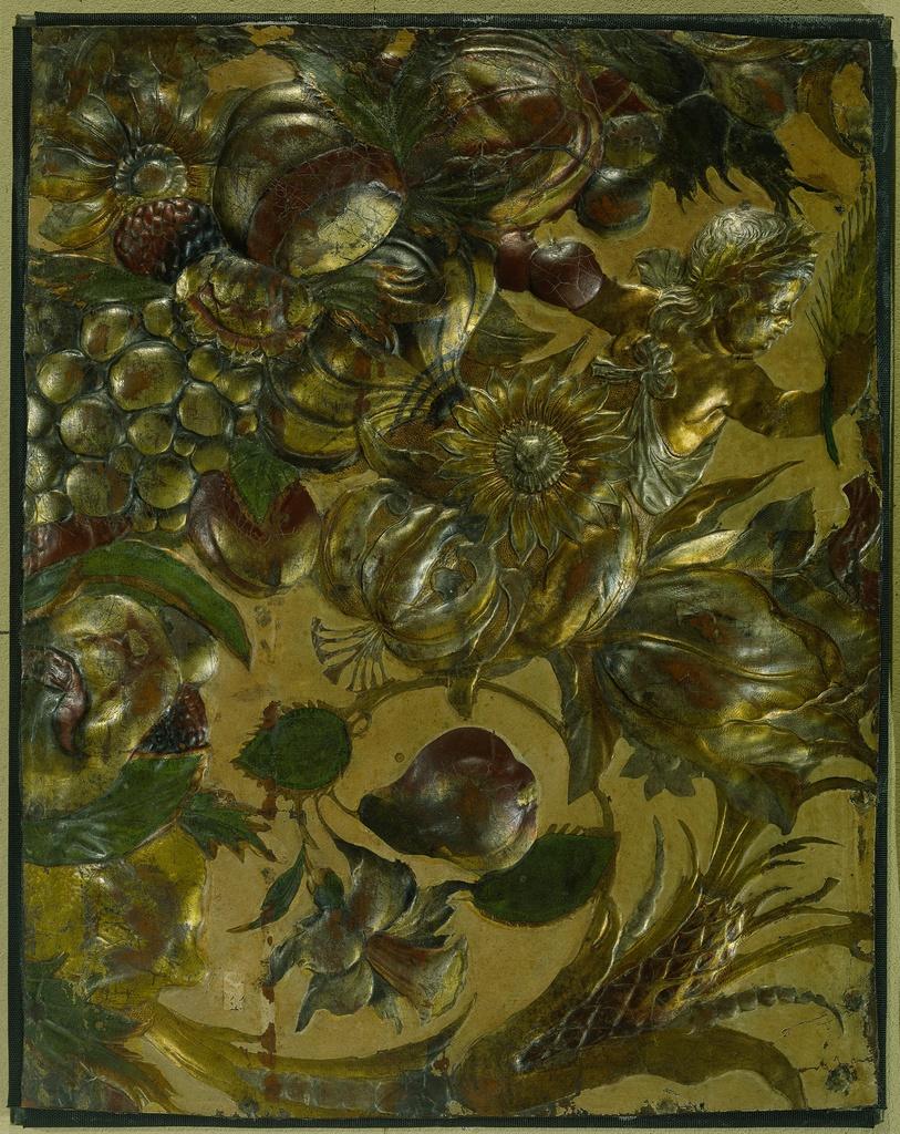 Fragment goudleer met in reliëf geperst ornament met ranken, bloemen, vruchten en een putto