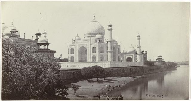 Gezicht op de Taj Mahal vanaf de Yamuna rivier