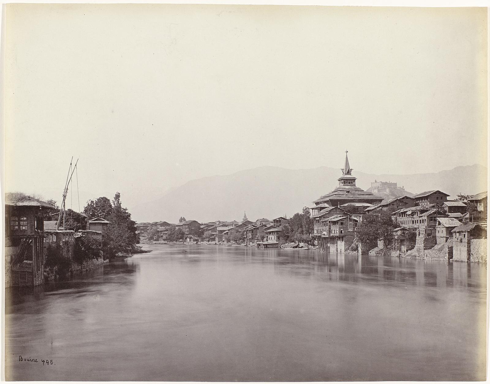 Gezicht op een dorp gelegen aan een rivier in India