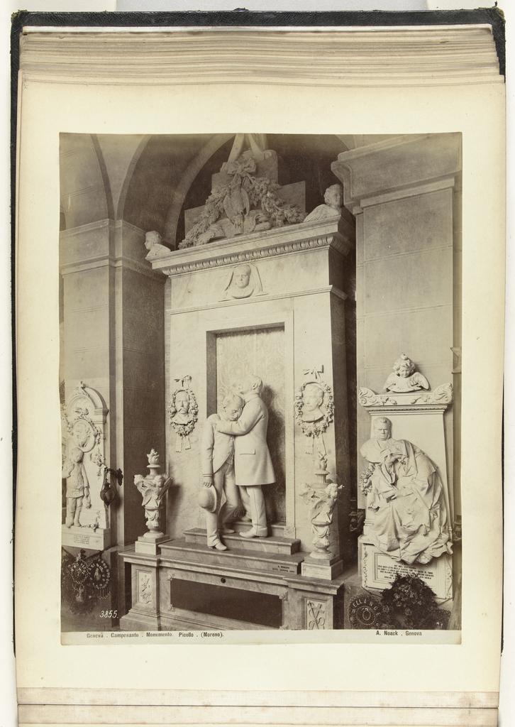Grafmonument in marmer met daarop een beeld van een man die een andere man troost