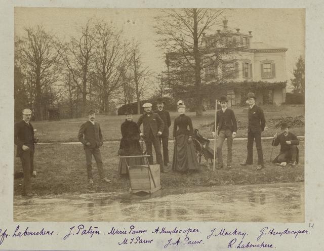 Groep van dames en heren langs het ijs, op de achtergrond landhuis Pavia, Zeist