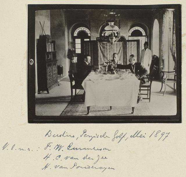 Groepsportret in interieur van F.W. Emmerson, H.C. van der Zee, H. van Pouderoyen, bij Bushire, Perzische Golf