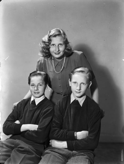 Grupporträtt Kvinna och två pojkar