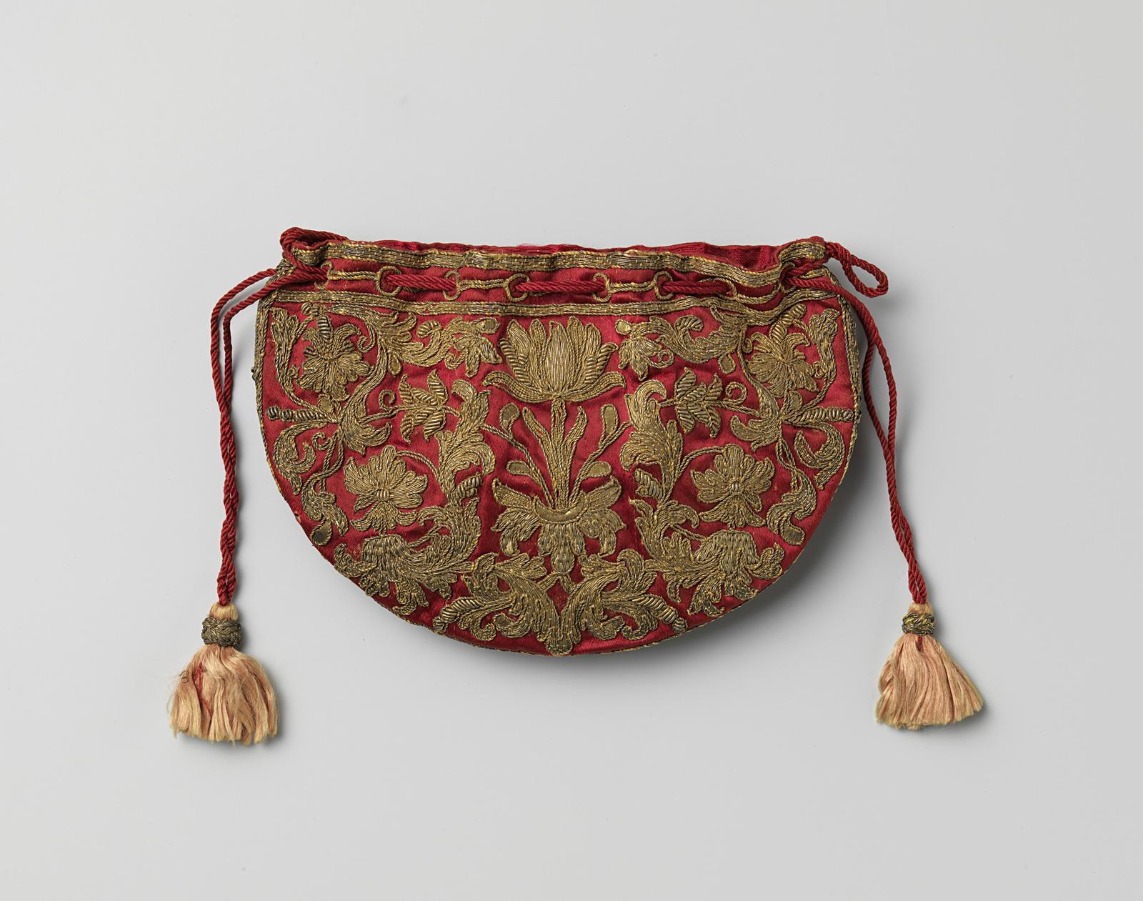 45a37cb1509 Halfronde, platte buidel van ceriserood satijn geborduurd met symmetrisch  bloem- en bladmotief in gouddraad