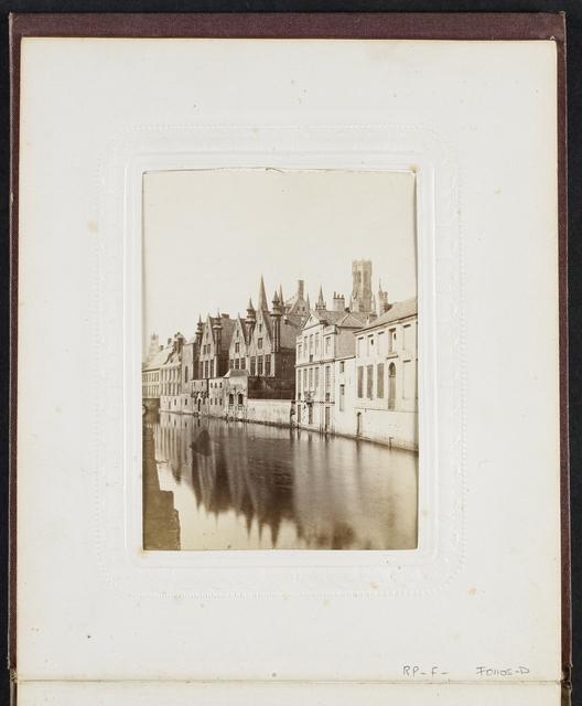 Huizen langs het water aan de Steenhouwersdijk in Brugge