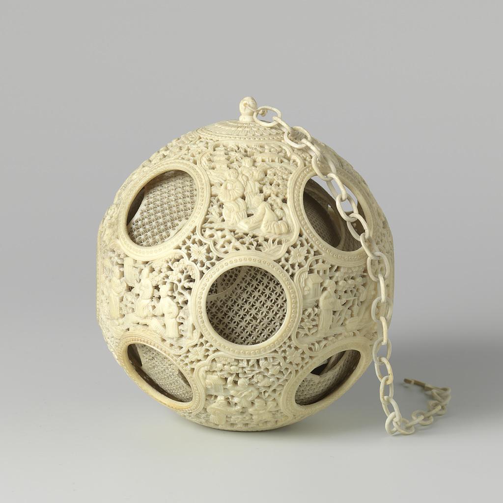 Ivoren bol met met verschillende opengewerkte concentrische bollen