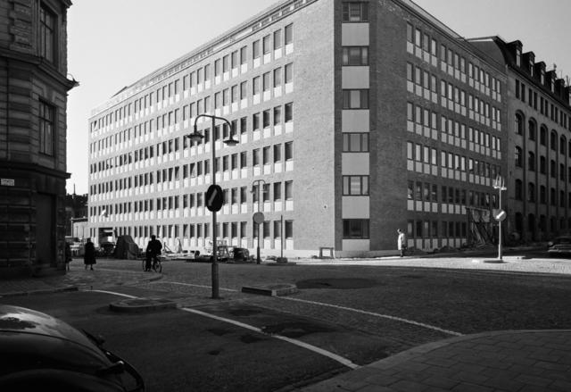 Kontorsbyggnad, hörnfastighet, armerad betong Exteriör, fasader mot gata med människor och bilar
