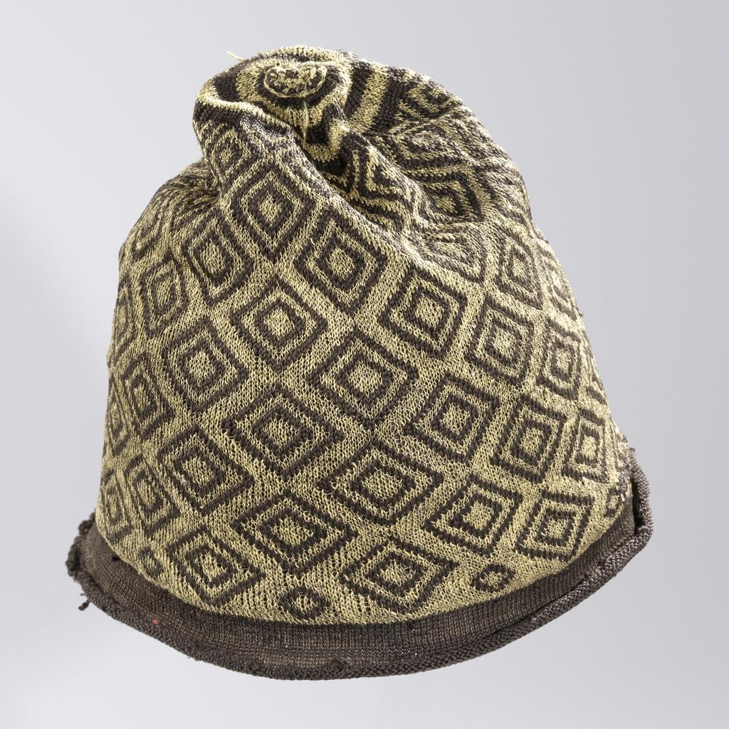 Muts, gebreid, bol van zwarte zijde met ruitvormige, geometrische ornamenten van gouddraad en een omgekrulde rand van effen zwarte zijde