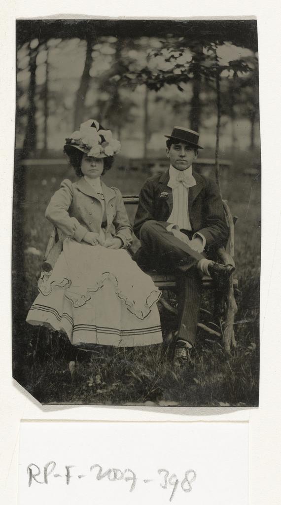 Op Een Bankje.Portret Van Een Man En Vrouw Zittend Op Een Bankje In Een Bos Of