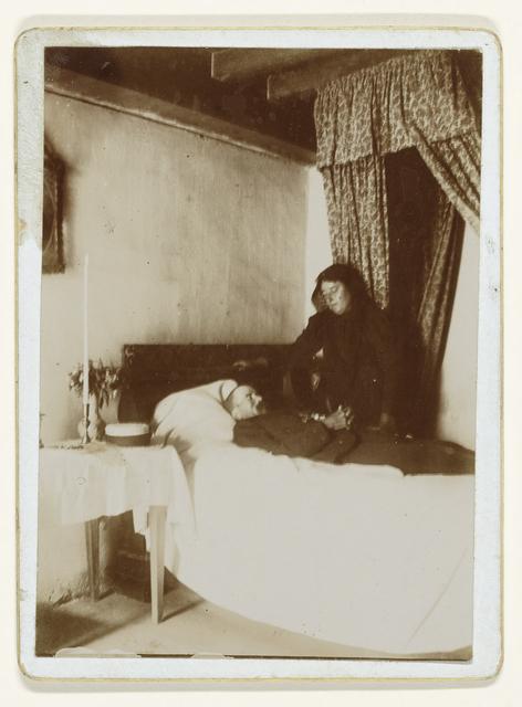 Post-mortem portret van een weduwe naast het bed waar haar overleden echtgenoot op ligt; Charente