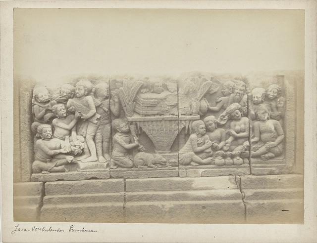 reliëf op het terras van de Shiva tempel van de Prambanan