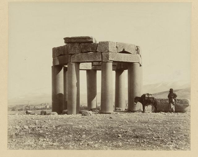 S 83. Turksche moskee, uit brokstukken van den Tempel van Jupiter gebouwd. Baalbec. Syrië. (Het graniet der zuilen komt uit Assouan, Boven Egypte).