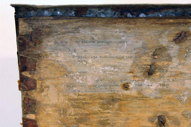 skrin av trä, järn, läder, pergament