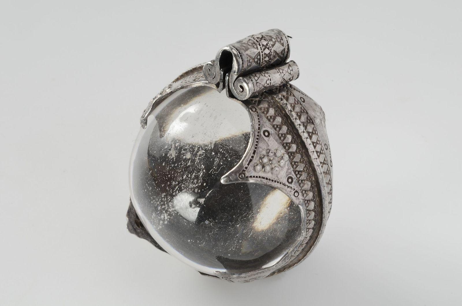 smycke (hängsmycke) av silver, bergskristall, bergart