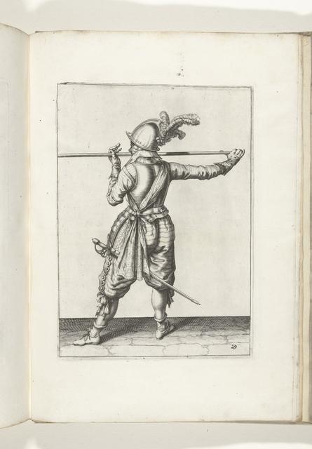 Soldaat, op de rug gezien, die zijn spies met beide handen horizontaal op neushoogte draagt, zijn rechterhand bij de voet van het wapen, zijn gezicht naar links gewend (nr. 29), ca. 1600