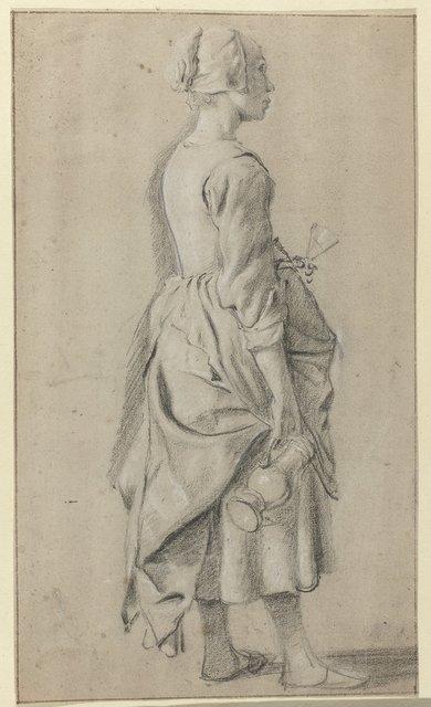 Staande vrouw van opzij gezien, met een glas in haar linkerhand en een kan in haar rechterhand