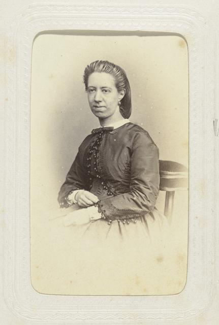 Studioportret van een jonge vrouw met een haarnetje