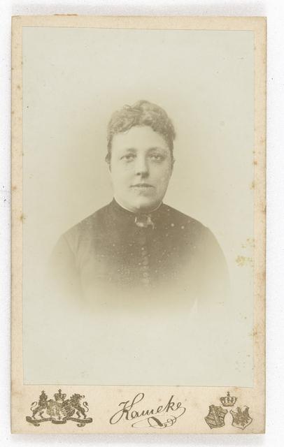81a6bde54927e0 Studioportret van een vrouw in een bolle ruitjes rok met bijpassend ...