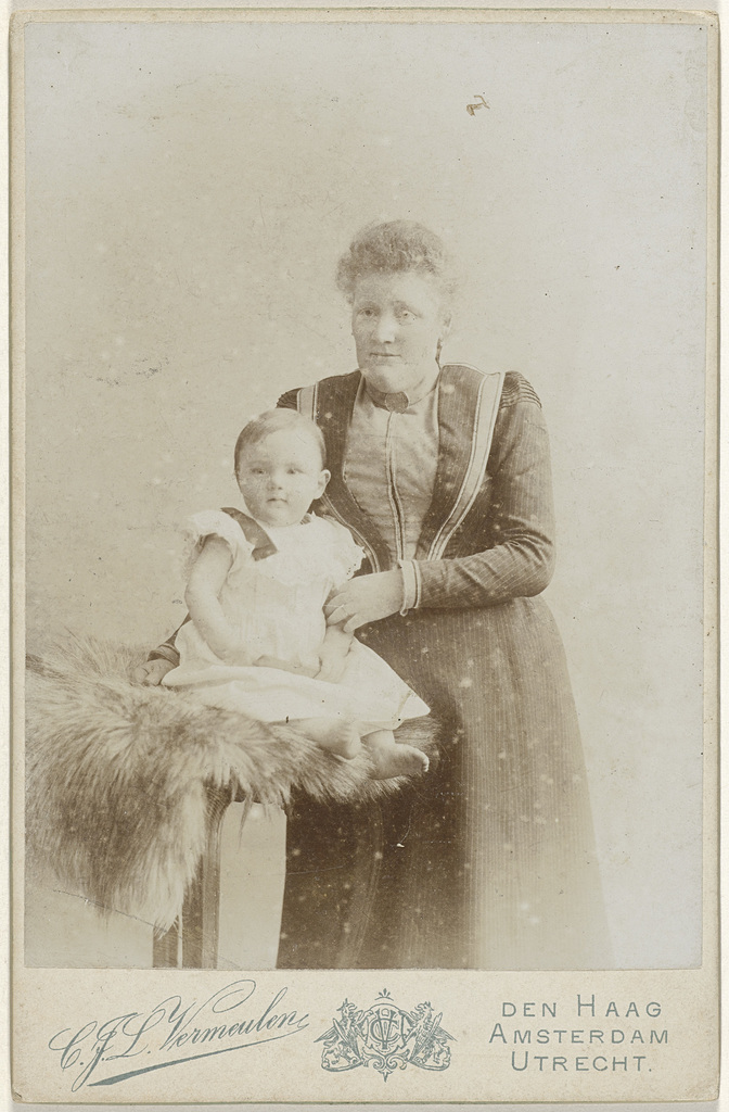 Studioportret van moeder met babydochter