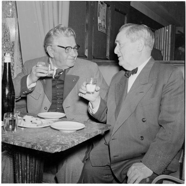 Szene, Hans Moser und Paul Hörbiger prosten sich zu, in einem Gasthaus. Dreharbeiten zu 'Ober, bitte zahlen'