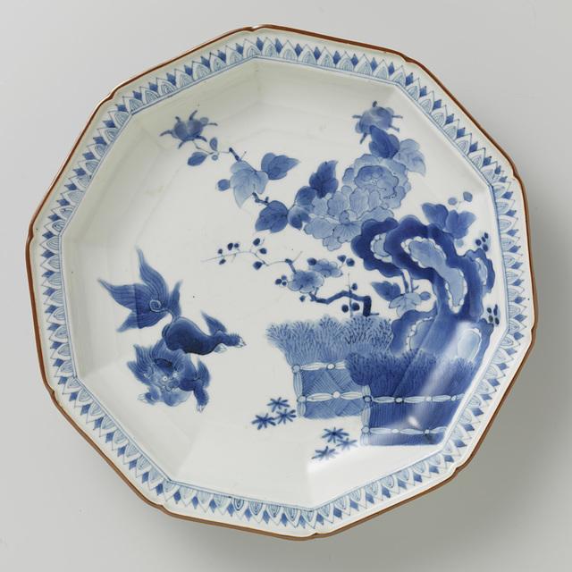 Tienhoekig bord met hekwerk, rotsen, 'shishi', pioenroos en prunus