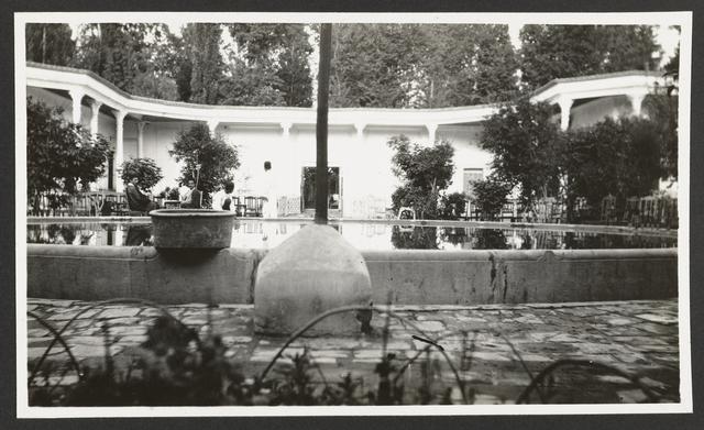 Tuin met waterbassin bij hotel Xhar Bagh, Isfahan, Perzië