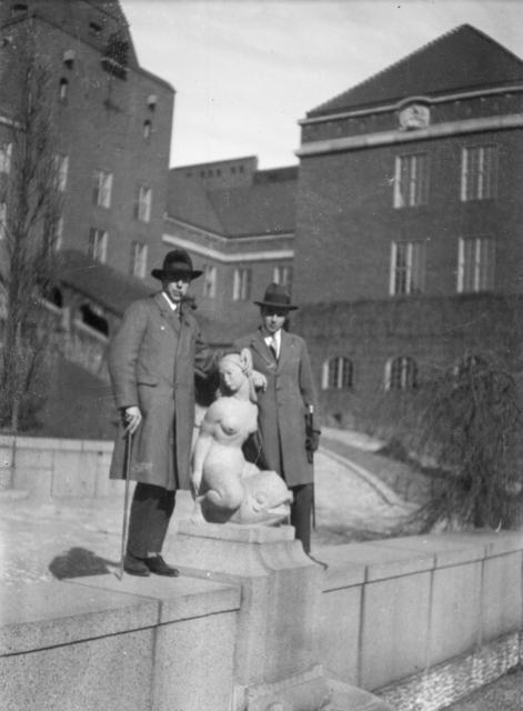 Två män framför Kungliga Tekniska Högskolan - KTH, Stockholm. Exteriör