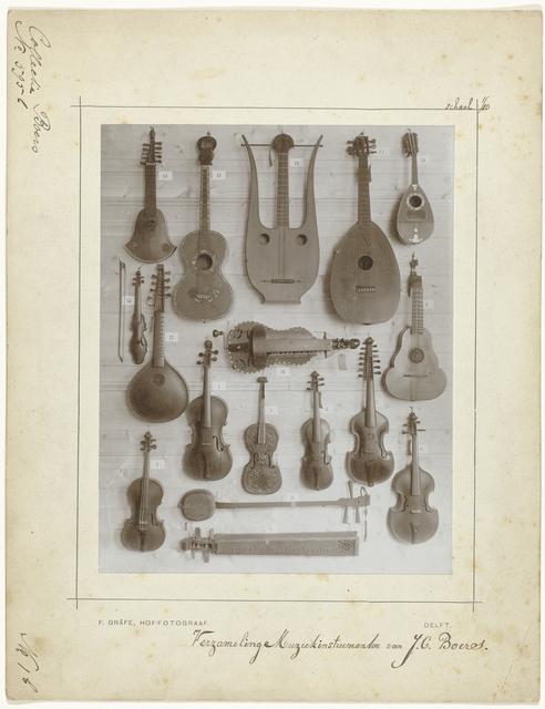 Verzameling muziekinstrumenten uit de collectie van de componist J.C. Boers: snaarinstrumenten