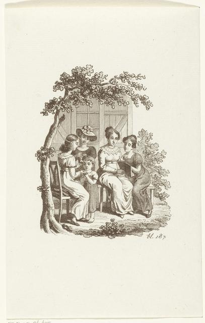 Vijf dames zitten in tuin en lezen en handwerken