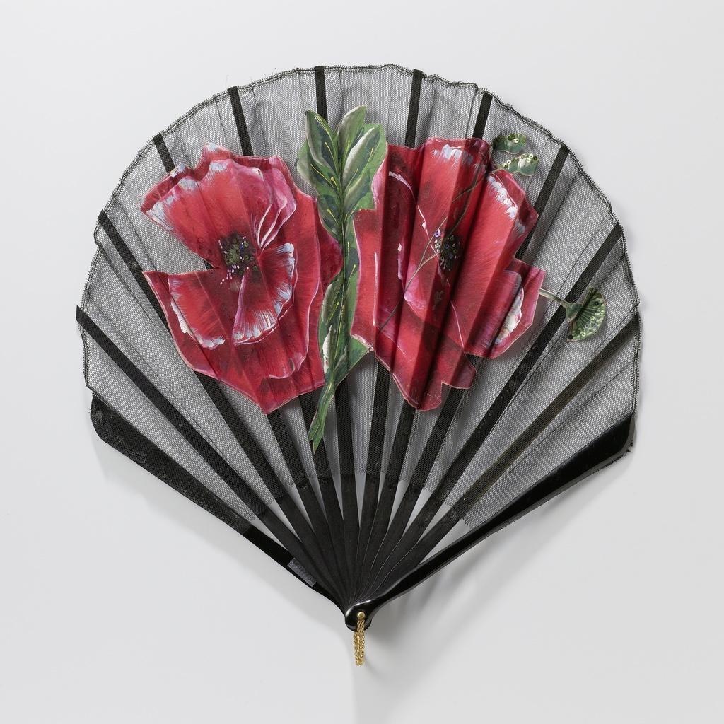 Vouwwaaier met blad van zwarte tule waarop op zijde grote rode papavers zijn geschilderd en gekleurde lovers vastgezet, op een montuur van zwartgeschilderd hout en kunststof