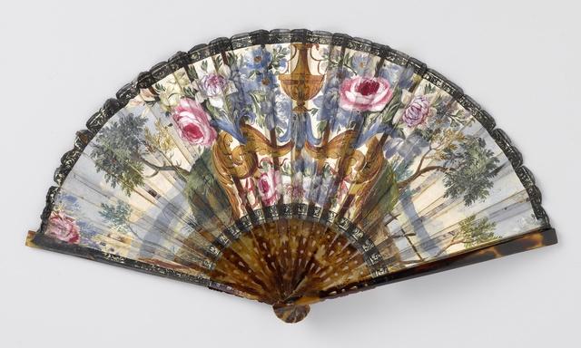 Vouwwaaier met blad, waarop met gouache aan de voorkant 'Psyche in het paleis van Amor' en op de achterkant een symmetrisch opgebouwde combinatie van bloemen en landschappen, op een schildpad montuur