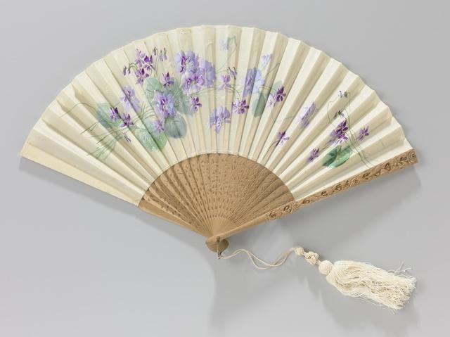 Vouwwaaier met dubbel blad van zijden gaas waarop met gouache blauw-paarse bloemen op een montuur van ajour en in rélief gesneden hout